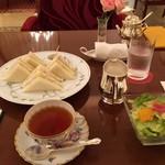 53097228 - 海老と白アスパラガスのサンドウィッチと紅茶