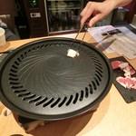 馬肉専門店 虎桜 - 油を引いて焼き焼き~。最初はお店のおにいさんが焼いて下さります。