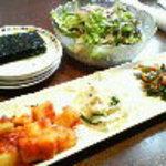 吾照里 - お通しのキムチ、サラダ、韓国海苔