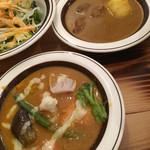 オーガニック・シクダル・マア - ジャガイモとマトンカレー(上) チキンと季節の野菜カレー(下)