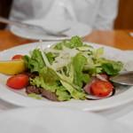 53106261 - グリルした牛モモ肉を薄切りにしたサラダ