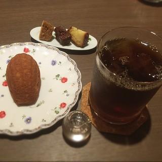 ラランスルール - ●ブレンドコーヒー500円+50円でアイス ●はちみつのマドレーヌ ●小さいお皿にはドリンクに付いてくるお菓子