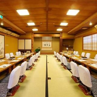 歴史を刻んだ用木を使った風情あふれる個室や大広間。