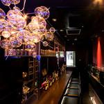 新宿イタリアン カルボナード - 1階カウンター席は次の予定の待ち時間や深夜までのお仕事終わりのお客様にご利用いただける空間となっています。