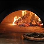 No.4 - 料理写真:薪窯で焼き上げるコーヒーフラワーを使ったピザ