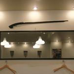 隠れ岩松 - 猟銃が壁に・・