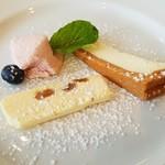 53125561 - ゴルゴンゾーラのチーズケーキ、パンナコッタ、ラムレーズンのアイスです。