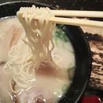 九州らーめん亀王 - モチリとした中細麺(亀王ラーメン)