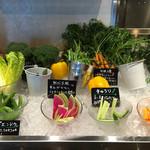 53128828 - 素材市場の野菜。