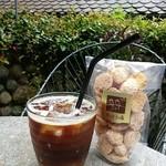 53129011 - アイスコーヒーと焼き菓子