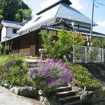 田舎茶屋 千恵 - 立派なたたずまい。築約150年の古民家のお店、下の紫のお花はアメジストセージという名前らしいです(^^)