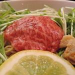 53130141 - 麺より肉を前に出す構成。麺料理にする意味は置いておく・・