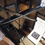 萬御菓子誂處 樫舎 - 急な階段を上って2Fへ。