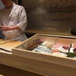 鮨 櫂 - ネタケースと筆頭板さん
