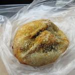 オルトズベーカリー カッセス - 料理写真:待ってる間に食べたパンは2個。  カレーパン160円。豚肉と牛筋をじっくり煮込んだカレーが入ったフルーティさのあるカレーパン