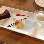 53136445 - デザート                       ・チョコレートケーキと白いエスプレッソのアイス