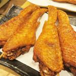 とめ手羽 西新店 - 手羽先の唐揚げは2種類あります。                             コレは定番の塩味。甘ダレ味もあります。