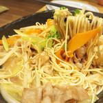 とめ手羽 西新店 - 九州・博多っぽい『博多豚骨焼きラーメン』を注文。                             屋台メニューで有名ですね。                             見た目は焼きそばみたいですが、ラーメン麺を豚骨スープをからめながら焼きあげたものです。