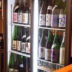 銀座じゃのめ - カウンター内のショーケースには全国の地酒が常時100種類