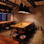 EITAI BREWING Cafe&Dinner - 店内:長テーブル
