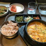 韓国家庭料理 だひゃん - デンヂャンチゲ定食 900円(ご飯、おかず3種、サラダ、キムチ、チャプチェ付き)