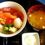 53155542 - 海鮮丼。味噌汁も大きい椀にたっぷり!