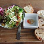 ダブルドアーズ - サラダとパン