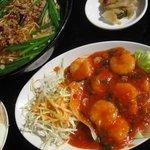 中華料理 味鮮楼 - ランチメニュー、エビチリと台湾ラーメンのセット。