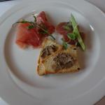 53166997 - お任せランチコースの本日の前菜盛り合わせ クロスティーニ・マグロの軽い燻製・生ハムサラミ