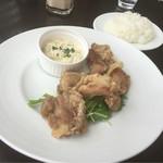 53177809 - 【ウィークリーランチ 肉料理】(1000円税込)鶏もも肉のフリット。