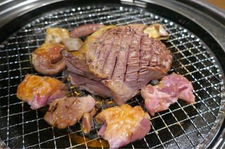 焼肉×食べ放題 南大沢 にひゃくてん - 201606 真ん中のどーんと鎮座しているのがハツステーキ