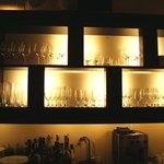 5318307 - ワイングラスのディスプレイされた棚