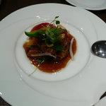 本格四川料理 三鼎 - 豚三枚肉のガーリックソース。薄切りバラ肉を巻いたものを酢豚仕立てにしている