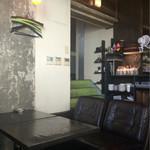アナログ カフェ ラウンジ トーキョー - 椅子が一つ一つタイプが違い個性が光ります。奥にも素敵な空間がありそうでした。