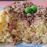 53196369 - 中華料理 丸福 @志村坂上 しっとり系 「板橋チャーハン」 の具は玉子と細かく刻まれたハム・玉葱  胡椒かけちゃってます