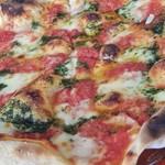 53196558 - トマト、バジル、3種のチーズのピッツァ。パリッとした部分と、もっちりした食感も併せ持つ生地はクセになる? (^^ゞ