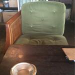 アナログ カフェ ラウンジ トーキョー - 自分が座ったタイプのソファ。