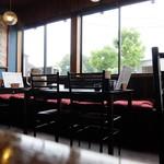 銀の豚 - テーブル席の様子