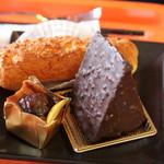 53200251 - ショコラショコラ、シュークリーム、試食(マロン系のケーキ)