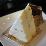 53200253 - ホワイトチョコがコーティングされているケーキ(名前を忘れましたw)