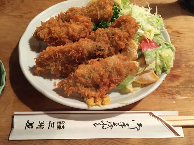 大衆割烹 三州屋 本店 - 『参考』この大ぶりな牡蠣をみて下さい♪ 付属サラダの黄桃がまたいい味を出しています♪