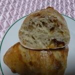 薪窯天然酵母パン工房 オ フルニル デュ ボワ - ベーコンとクルミとスモークチーズがねり込まれてます