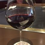 万世 千代田 - 鉄板焼ですから呑まずにはいられません。呑みすぎ注意(限定1杯)では最初から赤ワインです。