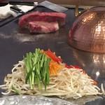 万世 千代田 - 鉄板の上には野菜に続きお肉も投入されました。