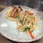万世 千代田 - 脇役の野菜たちが登場しました。エリンギ、玉ねぎ、モヤシ主の野菜炒め。