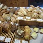薪窯天然酵母パン工房 オ フルニル デュ ボワ - 美味しそうなパン