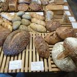 薪窯天然酵母パン工房 オ フルニル デュ ボワ - 大きなパンは切り売り出来ます