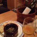 53235182 - イタリア白ワインとつぶ貝のアヒージョ