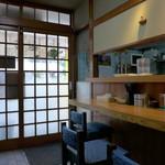 麺吉 - 小奇麗な店内です。