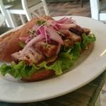 サンドイッチェリア ピギーズ - パン・コン・チチャロン